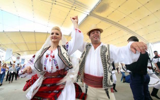 Romanian traditional clothes. Credit@specialesportacsi.com