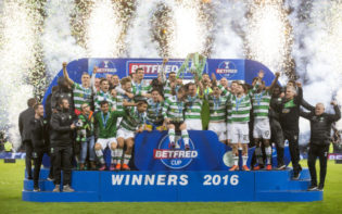 The Celtic squad celebrate their victory in the League Cup final. Credit @tumblr.com.