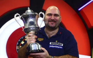 Reigning champion Scott Waites with the trophy. Credit @pinterest.com.