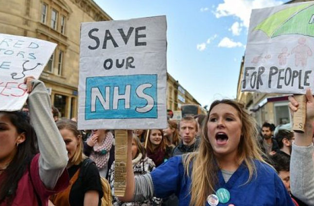 A protest supporting the NHS and Junior Doctors. Credit @pinterest.com.