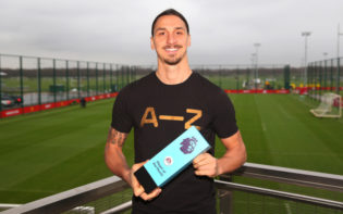 Zlatan Ibrahimovic, scorer of Manchester United's equaliser, with his Player of the Month award. Credit @tumblr.com.