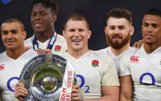 The 2016 Six Nations champions England with the Triple Crown trophy. Credit @pinterest.com.