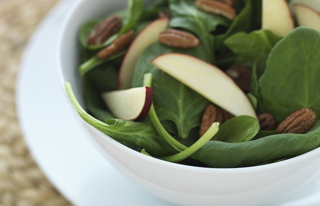 Spinach salad with apples and walnuts