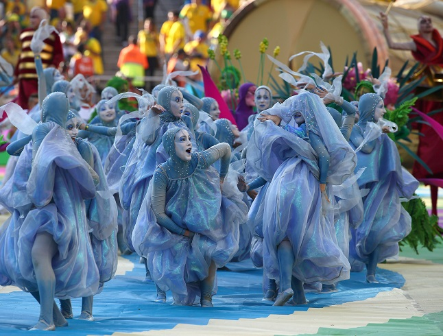 Dressed as raindrops, dancers represent the diverse climate in Brazil. Credit@Diario El Tiempo via flickr.com