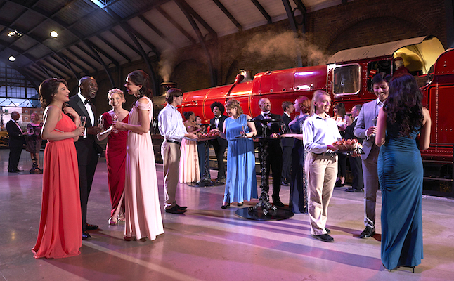 Harry Potter Tour.Dinner in the Great Hall - Train platform. Credit@WarnerBros.